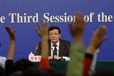 Jornalistas erguem o braço em entrevista coletiva do ministro das Finanças chinês, Lou Jiwei. 06/03/2015 REUTERS/Kim Kyung-Hoon