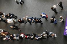 Lors d'un salon de l'emploi à Denver. Les créations d'emploi ont été plus nombreuses que prévu en février aux Etats-Unis et le taux de chômage a diminué, ce qui pourrait inciter la Réserve fédérale américaine à relever ses taux d'intérêt dès le mois de juin. /Photo d'archives/REUTERS/Rick Wilking