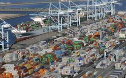 La balance commerciale des Etats-Unis s'est légèrement améliorée en janvier, avec un déficit de 41,8 milliards de dollars (38,5 milliards d'euros), en baisse de 3,8 milliards par rapport au mois précédent. /Photo prise le 6 février 2015/REUTERS/Bob Riha, Jr.