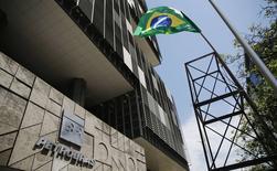 Uma torre com a bandeira brasileira representando uma plataforma de petróleo é instalada em frente à sede da Petrobras durante um protesto, no Rio de Janeiro, nesta semana. 04/03/2015 REUTERS/Sergio Moraes