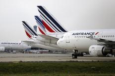 L'action Air France-KLM est à suivre à la Bourse de Paris, le groupe franco-néerlandais ayant annoncé lundi avoir transporté 5,4 millions de passagers en février, un chiffre en hausse de 0,8% sur un an. Stable, le coefficient d'occupation ressort à 81,9%. /Photo prise le 22 septembre 2014/REUTERS/Jacky Naegelen