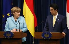 En la imagen se ve a Merkel junto al primer ministro japonés, Shinzo Abe, durante una rueda de prensa conjunta en Tokio el 9 de marzo de 2015. La canciller alemana, Angela Merkel, dijo el lunes en una visita a Japón que Europa se enfrenta a un enorme reto para llegar a un acuerdo de ayuda financiera con Grecia que mantenga a este país dentro de la zona euro. REUTERS/Toru Hanai