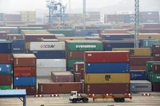 Imagen de un remolque trasladando contenedores en el puerto de Ningbo, en la provincia de Zhejiang. 22 de enero, 2015. China no debería lanzar grandes medidas de estímulo para estimular a la economía ralentizada y el Gobierno no puede confiar demasiado en la política monetaria, dijo el lunes un asesor del banco central. REUTERS/William Hong