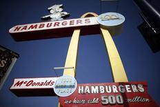 """McDonald's affiche une baisse de 1,7%, plus forte que prévu, de ses ventes mondiales à périmètre comparable en février, leur neuvième mois consécutif de recul, sous le coup d'une concurrence qualifiée d'""""agressive"""" aux Etats-Unis. /Photo prise le 18 février 2015/REUTERS/Lucy Nicholson"""