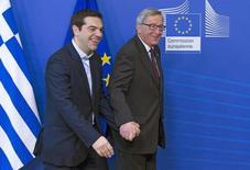 En la imagen,  Juncker (D) y Tsipras en una cumbre en Bruselas. El primer ministro griego, Alexis Tsipras, se va a reunir con el presidente de la Comisión Europea, Jean-Claude Juncker, el viernes a las 0800 GMT en Bruselas para debatir el apoyo financiero de la Unión Europea para los griegos más pobres, dijeron el lunes responsables griegos y de la UE. REUTERS/Yves Herman