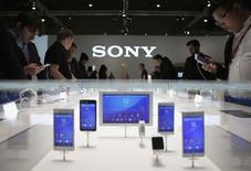 En la imagen, personas observan dispositivos de Sony durante un evento mundial en Barcelona. 5 de marzo, 2015. Sony Mobile informó el lunes el despido de alrededor de 1.000 empleados en Lund, en el sur de Suecia, como parte de un plan de recortes de empleos anunciado previamente, informaron medios suecos. REUTERS/Albert Gea