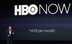 Richard Plepler, PDG de la chaîne de télévision payante américaine HBO, a annoncé lundi que son offre en ligne HBO Now, très attendue, serait lancée en avril en exclusivité sur les terminaux d'Apple. /Photo prise le 9 mars 2015/REUTERS/Robert Galbraith