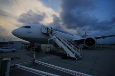 A Boeing 777-F aircraft of German Lufthansa Cargo air carrier stands on the tarmac during loading at Fraport airport in Frankfurt July 28, 2014. Today Lufthansa transports 66 horses to Tehran airport.  REUTERS/Ralph Orlowski (GERMANY - Tags: ANIMALS TRANSPORT) - RTR40G6T