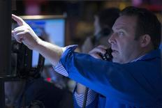 Трейдеры на фондовой бирже в Нью-Йорке. 24 февраля 2015 года. Фондовые рынки США выросли в понедельник за счет активности в сфере слияний и поглощений. REUTERS/Brendan McDermid
