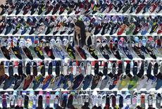 Женщина в магазине в Хэфэе. 10 марта 2015 года. Темпы потребительской инфляции в Китае неожиданно ускорились в феврале, но цены производителей по-прежнему снижались. REUTERS/Stringer