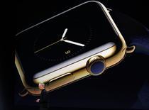 Le directeur général d'Apple, Tim Cook lundi à San Francisco lors de la présentation de sa nouvelle montre connectée. L'Apple Watch - dont la gamme de prix va de 349 dollars à 17.000 dollars selon le modèle - pourra être réservée à partir du 10 avril et sera disponible en magasin le 24 avril que ce soit à New York, Paris, Londres ou Tokyo.  /Photo prise le 9 mars 2015/REUTERS/Robert Galbraith