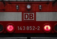 L'opérateur ferroviaire allemand Deutsche Bahn a vu son bénéfice d'exploitation baisser de 5,7% en 2014 à 2,1 milliards d'euros, selon des documents auxquels Reuters a eu accès. Des arrêts de travail des conducteurs et des intempéries au printemps expliquent cette contre-performance /Photo prise le 6 novembre 2014/REUTERS/Kai Pfaffenbach