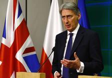 Глава МИД Великобритании Филип Хэммонд на пресс-конференции после встречи с польским коллегой в Варшаве. 6 марта 2015 года. Россия потенциально представляет самую серьезную угрозу безопасности Великобритании, заявил министр иностранных дел Филип Хэммонд. REUTERS/Kacper Pempell