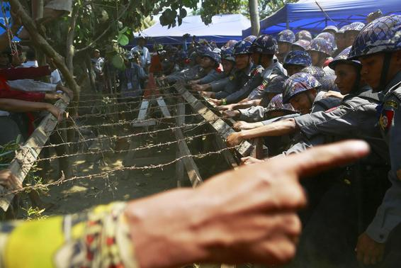 Burma's poLICE beat students, journalists, monks; about 100 detained over protesting an education bill ?m=02&d=20150310&t=2&i=1031060548&w=&fh=&fw=&ll=580&pl=378&r=LYNXMPEB290NJ