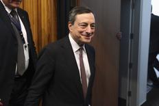 Президент ЕЦБ Марио Драги после пресс-конференции в Никосии. 5 марта 2015 года. Скупка Европейским центробанком государственных облигаций и других долговых обязательств, возможно, защищает страны еврозоны от распространения греческого кризиса, сказал в среду глава ЕЦБ Марио Драги. REUTERS/Yiannis Kourtoglou