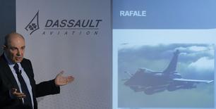 Eric Trappier, PDG de Dassault Aviation. Le groupe vise environ 65 livraisons d'avions d'affaires Falcon en 2015 contre 66 en 2014 et anticipe une légère hausse de son chiffre d'affaires cette année. /Photo prise le 11 mars 2015/REUTERS/Christian Hartmann