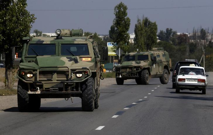 Russian army's armoured vehicles are seen on a road in Kamensk-Shakhtinsky, Rostov region, near the border with Ukraine, August 23, 2014.  REUTERS/Alexander Demianchuk