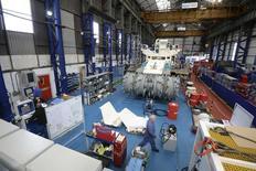 En la imagen, empleados de Soil Machine Dynamics (SMD) trabajan en una máquina de minería submarina para Nautilus Minerals en Wallsend, norte de Inglaterra, en abril de 2014. La producción industrial británica cayó de forma inesperada en enero, afectada por la reducción de la actividad en los sectores de tecnología de la información y maquinaria tras un diciembre fuerte, mostraron cifras oficiales. REUTERS/ Nigel Roddis
