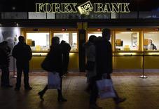Пункт обмена валюты на центральном вокзале в Копенгагене. 22 января 2015 года. Центробанки смягчали монетарную политику в последние месяцы, стремясь оживить экономики, сдержать дефляцию или ослабить свои валюты. REUTERS/Fabian Bimmer