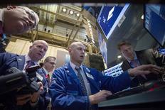 Operadores en la bolsa de Wall Street en Nueva York, mar 11 2015. Las acciones se recuperaban el miércoles en la bolsa de Nueva York de las caídas de la jornada previa pero moderaban sus avances, en una sesión con inversores cautelosos y atentos a cuándo elevará las tasas de interés la Reserva Federal. REUTERS/Brendan McDermid