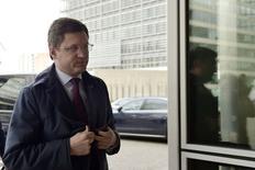 El ministro de Energía de Rusia, Alexander Novak, a su llegada a la sede de la Comisión Europea en Bruselas, mar 2 2015. Las exportaciones rusas de crudo subirían este año y más adelante, debido a una reducción en los volúmenes destinados a las refinerías locales ante una disminución de la capacidad de las mismas como parte de un proceso de modernización, dijo el ministro de Energía, Alexander Novak.     REUTERS/Eric Vidal