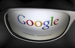 """La página de inicio del buscador Google en una ilustración fotográfica realizada en Bruselas, mayo 30 2014. Google Inc incorporó un servicio de almacenamiento en la nube para que los usuarios guarden """"datos fríos"""" y accedan a ellos mucho más rápido que a través de servicios tradicionales.   REUTERS/Francois Lenoir"""