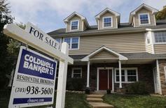 Una vivienda a la venta en Viena, EEUU, oct 20 2014. El aumento del precio de las acciones y del valor de las casas impulsó al patrimonio neto de los hogares de Estados Unidos en el cuarto trimestre, en una señal alentadora para el panorama del gasto del consumidor.        REUTERS/Larry Downing