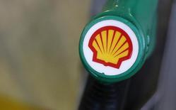 El logo de Shell impreso en un surtidor de bencina en una gasolinera de la firma en Londres, ene 30 2014. El presidente ejecutivo de Royal Dutch Shell, Ben van Beurden, ganará un total de 24,2 millones de euros (26 millones de dólares) por su desempeño en el 2014, convirtiéndose en uno de los dirigentes mejor pagados pese a la fuerte caída del precio del crudo.  REUTERS/Suzanne Plunkett