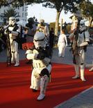 """Personas disfrazadas como los soldados stormtroopers de la saga cinematográfica de """"la Guerra de las Galaxias"""" en un evento turístico en Túnez, abr 30 2014. Walt Disney Co estrenará la octava entrega de la serie de películas de ciencia ficción """"La Guerra de las Galaxias"""" el 26 de mayo de 2017, dijo el jueves el presidente ejecutivo de la compañía, Bob Iger. REUTERS/Zoubeir Souissi"""