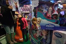 Criança observa brinquedo do filme Frozen em Nova York. 27/11/2014 REUTERS/Carlo Allegri