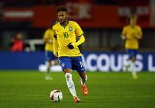 Neymar durante amistoso entre Brasil e Áustria, no estádio Ernst Happel, em Viena, em novembro. 18/11/2014 REUTERS/Leonhard Foeger