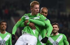 Kevin Bruyne, do Wolfsburg, é carregado pelo colega Naldo após marcar um gol contra a Inter de Milão, em Wolfsburg, na Alemanha, nesta quinta-feira. 12/03/2015 REUTERS/Fabian Bimmer