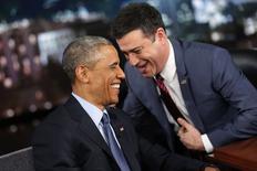 El presidente de Estados Unidos, Barack Obama, no envía mensajes de texto, pocas veces redacta sus propios tuits y no se le permite tener un teléfono inteligente que contenga un dispositivo de grabación, dijo el jueves. En la imagen, Obama con el presentador Jimmy Kimmel durante una pausa publicitaria en el programa Jimmy Kimmel Live de Los Ángeles el 12 de marzo de 12, 2015.  REUTERS/Jonathan Ernst
