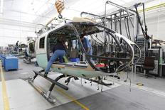 Chaîne d'assemblage d'Airbus Helicopters à Donauwörth, dans le sud de l'Allemagne. La filiale d'Airbus Group devrait signer lundi en Corée du Sud un contrat évalué à trois milliards de dollars (2,8 milliards d'euros) pour le développement et la fabrication d'un programme d'hélicoptères militaires et civils. /Photo prise le 9 octobre 2014/REUTERS/Michaela Rehle