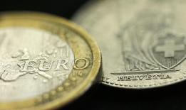 Euro y franco suizo, fotografía tomada en Manchester, 16 ene, 2015. El banco de inversiones estadounidense Goldman Sachs redujo el viernes sus pronósticos para el euro, y ahora estima que la moneda europea se depreciará hasta quedar bajo el nivel de paridad frente al dólar dentro de un año y que se desplomará a un mínimo histórico de 0,80 dólares a fines del 2017. REUTERS/Phil Noble
