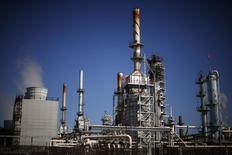 Imagen de una refinería petrolera en Carson, California. 4 de marzo, 2015.  Los precios del crudo se habrían estabilizado sólo temporalmente, ya que el exceso de la oferta mundial está aumentando al tiempo que la producción de petróleo en Estados Unidos no muestra señales de desaceleración, dijo el viernes la Agencia Internacional de Energía (AIE). REUTERS/Lucy Nicholson