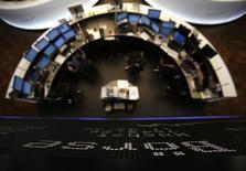 Les Bourses européennes ont ouvert dans le vert lundi, prolongeant leur récent rally lié à la baisse de l'euro. À Paris, le CAC 40 gagne 0,32% à 5.026,39 points vers 08h10 GMT. À Francfort, le Dax prend 0,71% et à Londres, le FTSE avance de 0,26%. /Photo d'archives/REUTERS/Lisi Niesner