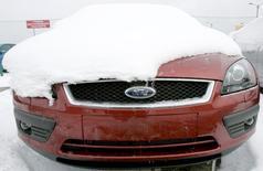 Автомобиль Ford на парковке завода под Санкт-Петербургом. 14 февраля 2007 года. Часть работников автозавода Ford Sollers во Всеволожске начали забастовку с требованием увеличения компенсаций увольняемым, сообщили Рейтер представители двух профсоюзов завода. REUTERS/Alexander Demianchuk