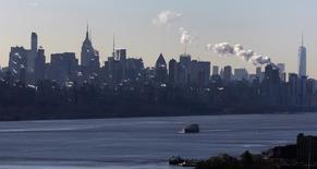 Imagen de un barco navegando por el rio Hudson en la ciudad de Nueva York. 8 de enero, 2015. El crecimiento de la actividad manufacturera en el estado de Nueva York se desaceleró en marzo por segundo mes consecutivo pues el ritmo de los nuevos pedidos se contrajo al nivel más flojo desde noviembre de 2013, mostró el lunes un sondeo de la Reserva Federal de Nueva York. REUTERS/Mike Segar