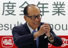 Hutchison Whampoa Ltd and Cheung Kong Holdings Chairman Li Ka-shing shares a Chinese New Year greeting to journalists at a news conference on the companies annual results in Hong Kong February 26, 2015.   REUTERS/Bobby Yip