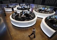 Помещение фондовой биржи во Франкфурте-на-Майне. 16 марта 2015 года. Европейские фондовые рынки держатся вблизи максимума 7,5 лет за счет акций Volkswagen, выросших благодаря данным о продажах автомобилей в Европе. REUTERS/Ralph Orlowski