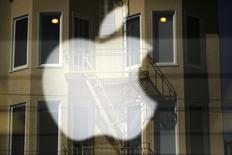 Le service de télévision d'Apple pourrait bientôt voir le jour, le fabricant de l'iPhone étant en négociations avec des fournisseurs de programmes pour proposer un bouquet réduit de chaînes en ligne à l'automne, rapporte le Wall Street Journal. Ce service en streaming proposerait environ 25 chaînes de télévision, venant de diffuseurs tels que ABC, CBS et Fox, et serait accessible sur tous les appareils Apple fonctionnant ave le système d'exploitation iOS. /Photo prise le 23 avril 2014/REUTERS/Robert Galbraith