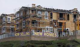 Vista general de casas nuevas que están siendo construidas y están a la venta en San Marcos, California. 25 de octubre, 2013.  Los inicios de construcciones de viviendas de Estados Unidos se derrumbaron a su menor nivel en un año en febrero, probablemente debido a que el frío impidió las obras, un revés temporario para la recuperación del mercado inmobiliario. REUTERS/Mike Blake