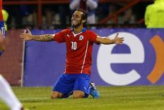 Jorge Valdivia, da seleção chilena, comemora gol em amistoso contra a Venezuela em Talcahuano, no Chile, em novembro do ano passado. 14/11/2014 REUTERS/Ivan Alvarado