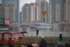 Los precios promedio de las viviendas nuevas en China cayeron en febrero a su ritmo interanual más rápido desde que hay registros, afectados por menores ventas durante el Año Nuevo Lunar, pero los promotores inmobiliarios y analistas esperan que los precios se recuperen lentamente. En la imagen se ve un solar en la ciudad china de Shanghai con las obras de construcción en marcha el 5 de marzo de 2015. REUTERS/Aly Song