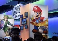 Nintendo a enregistré une hausse historique (21%) à la Bourse de Tokyo mercredi, les investisseurs saluant la décision du créateur de Super Mario de s'associer au spécialiste des jeux pour mobiles DeNA pour se lancer sur ce segment de marché qu'il avait jusqu'ici délaissé. /Photo d'archives/REUTERS/Kevork Djansezian