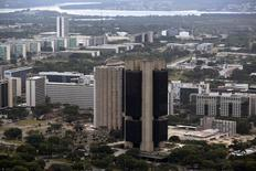 El Banco Central de Brasil en Brasilia, ene 20 2014. El Banco Central de Brasil tiene poco margen de maniobra para continuar con su programa de swap cambiario porque se está quedando sin municiones para contrarrestar la debilidad del real, dijo el miércoles una alta fuente del Gobierno.  REUTERS/Ueslei Marcelino