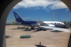 Un avión Boeing 787 de LAN tras estacionar en el aeropuerto internacional de Buenos Aires, ene 11 2013. LATAM Airlines, el mayor grupo de transporte aéreo de América Latina, dijo el miércoles que espera ahorrar más de 1.000 millones de dólares en combustible este año debido a la baja del precio del petróleo respecto de 2014.  REUTERS/Alejandro Lifchitz