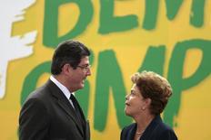 Ministro da Fazenda, Joaquim Levy, fala com a presidente Dilma Rousseff durante cerimônia no Palácio do Planalto em Brasília. 26/02/ 2015. REUTERS/Ueslei Marcelino