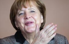 A chanceler alemã, Angela Merkel, chega para uma reunião semanal de gabinete, em Berlim, na Alemanha, em fevereiro. 25/02/2015 REUTERS/Hannibal Hanschke